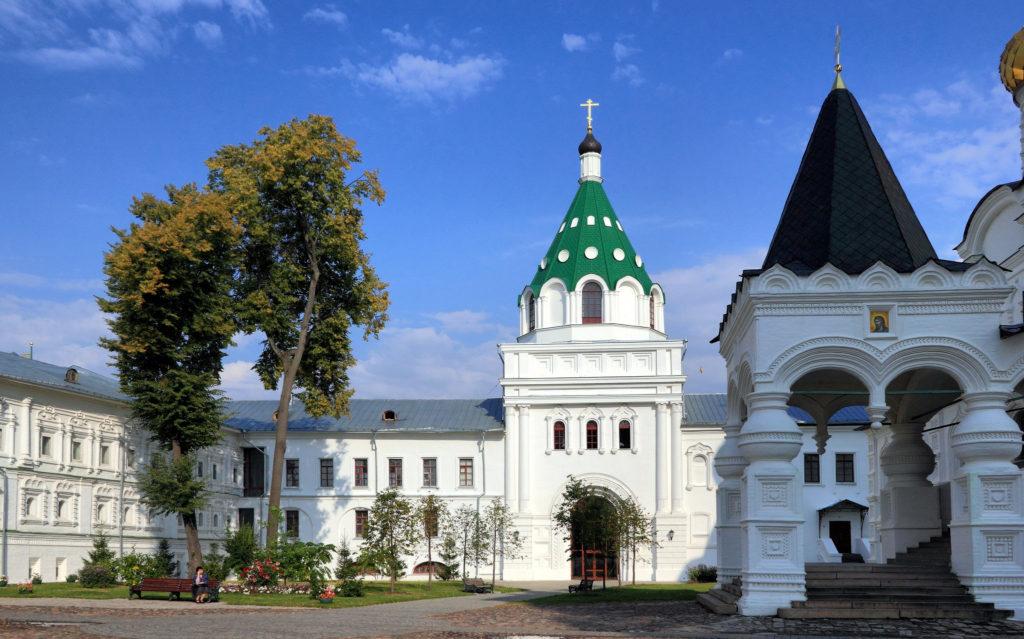 http://hotel-snegurochka.ru/wp-content/uploads/2018/03/Arhierejskij_korpus_s_tserkovyu_Hrisanfa_i_Dari_Ipatevskij_monastyr_Kostroma-1024x639.jpg