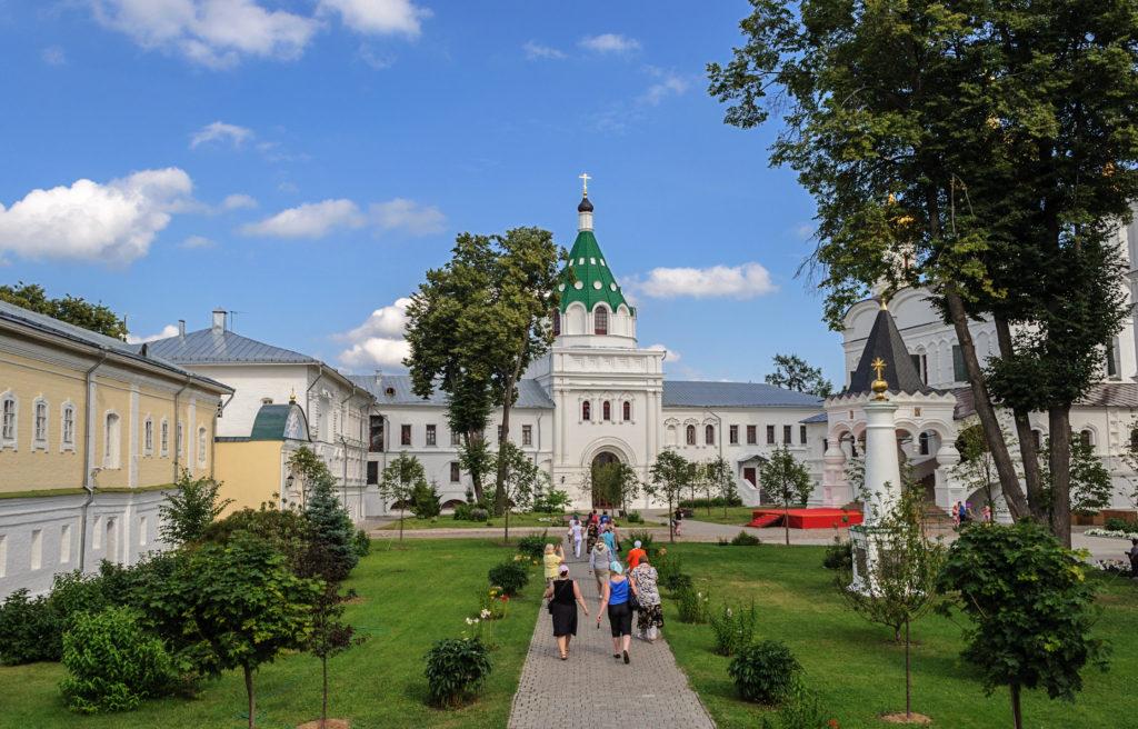 http://hotel-snegurochka.ru/wp-content/uploads/2018/03/Vnutri_Ipatevskogo_monastyrya-1024x656.jpg